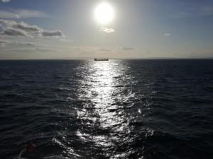夕日とタンカー