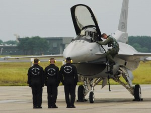 「F-16 展示飛行終了」 (G1 NFD200mm)