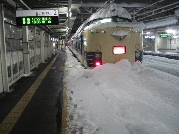 「雪に埋もれた特急電車」