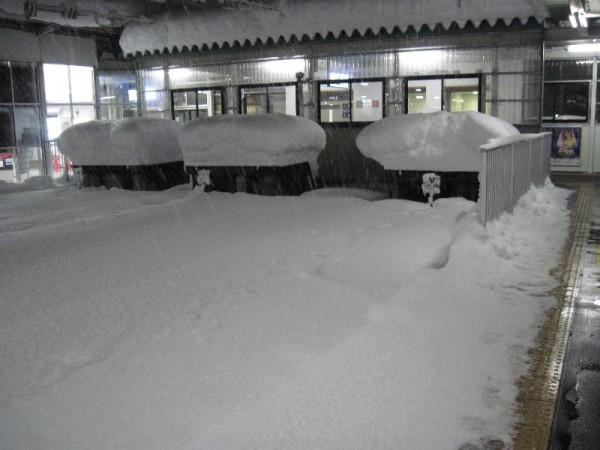 「雪に埋もれた会津若松駅の車止め」