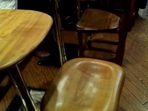 【東京都新宿区】 ビア&カフェBERG(ベルク) 飛騨高山の木工椅子