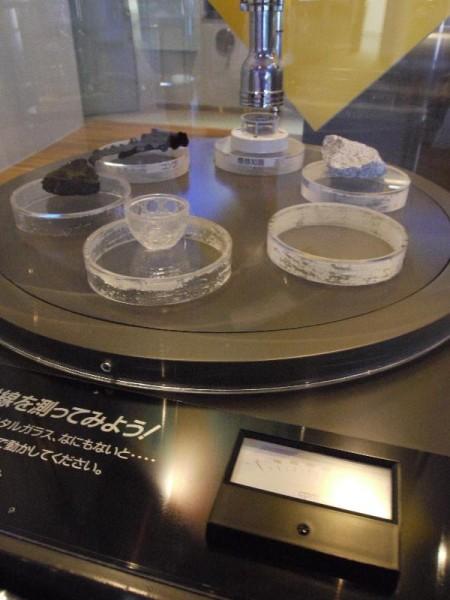 「身近な放射線源 クリスタルガラス・ウラン鉱石・コンブ・煙感知器・花崗岩」 (G1 M.ZUIKO DIGITAL 14-42mm F3.5-5.6)