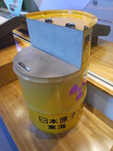 「低レベル放射性廃棄物貯蔵用ドラム缶」 (G1 M.ZUIKO DIGITAL 14-42mm F3.5-5.6)