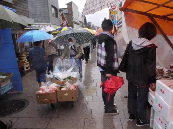 「輪島朝市・朝市のおばちゃんに野菜を売るおばちゃん」