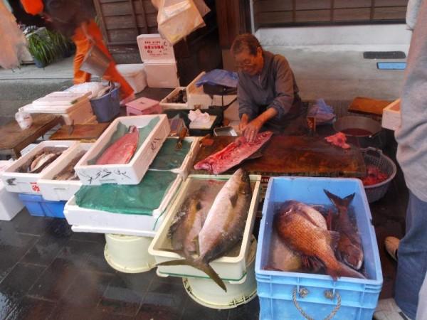 「輪島朝市・魚を捌きまくるおばちゃん」
