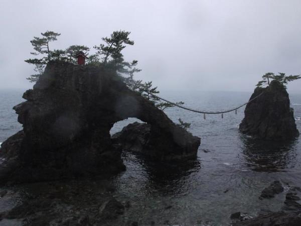 「機貝岩(はたごいわ)」
