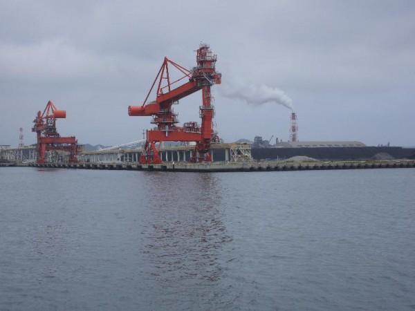 「石炭などの大規模埠頭が並ぶ小名浜港」