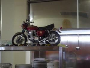 「小名浜美食ホテル ジュースバーdorieの厨房に飾られていたCB750 FOUR(K0)」