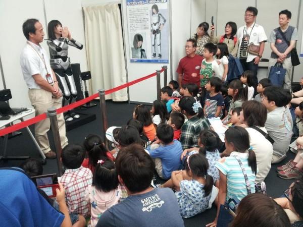 「人型ロボット HRP-4C未夢と子供達」