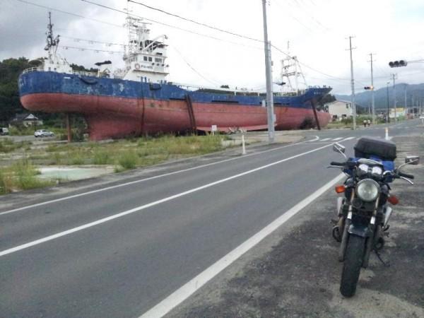 「陸に押し流された気仙沼の大型漁船」