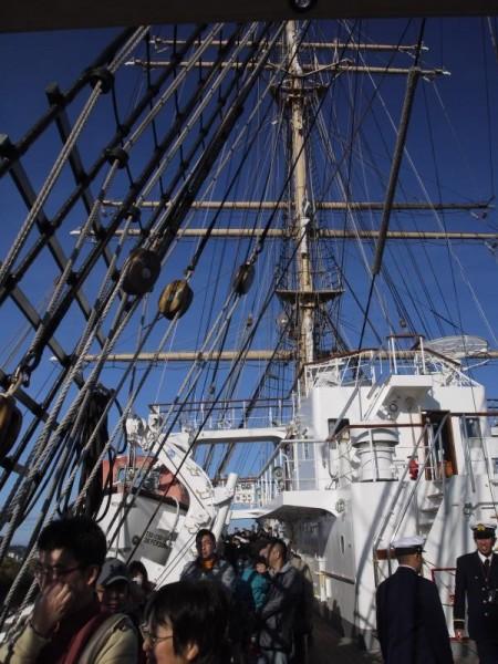 見学者で溢れる海王丸甲板