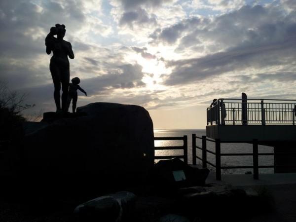 親不知の像と日本海