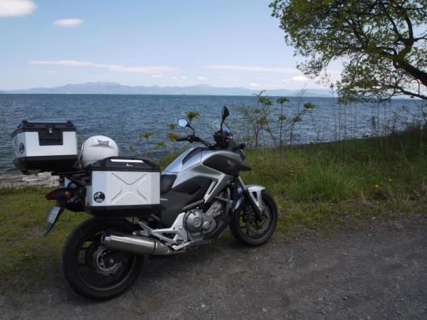 琵琶湖の畔にて