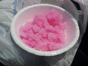 国道10号沿いのコンビニで噂の袋入りかき氷(紙皿に盛り付け編)