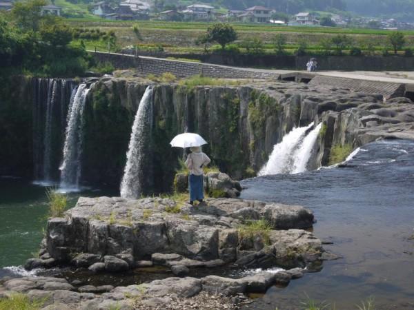 大分県緒方町 原尻の滝と女性