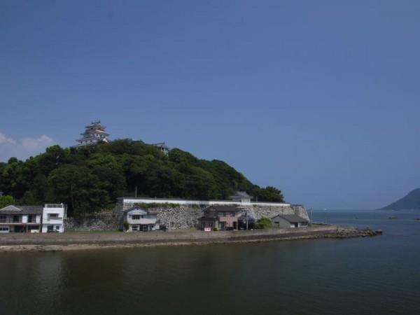 海辺に建つ唐津城