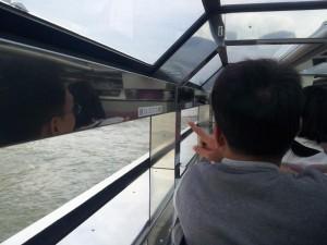 屋根を下げた大阪の水上バス