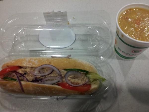 昼飯はツナサンドにスープ