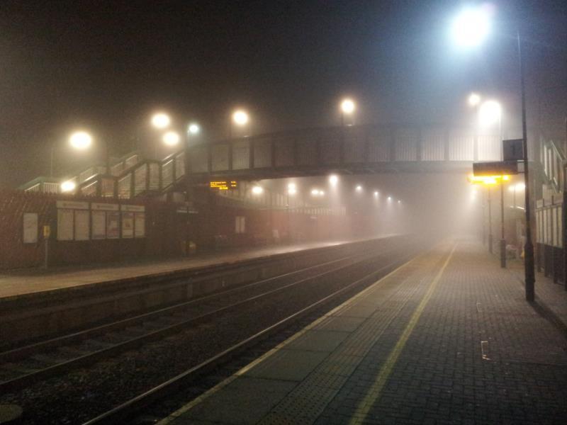 霧に包まれたHorwich Parkway駅