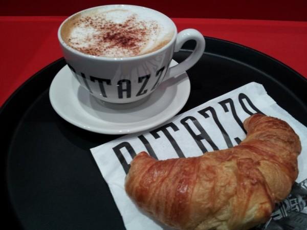 マンチェスター空港駅のカフェで朝飯
