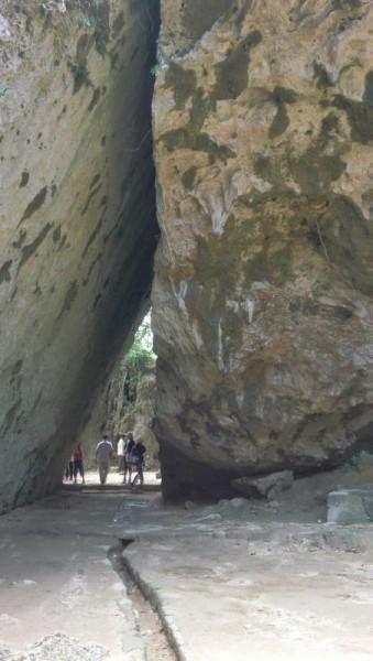 斎場御嶽(せーふぁーうたき) 三角のトンネル