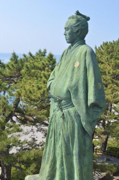 横から見た坂本龍馬像