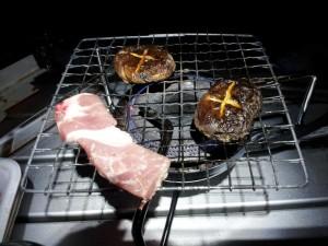 肉とシイタケを焼く