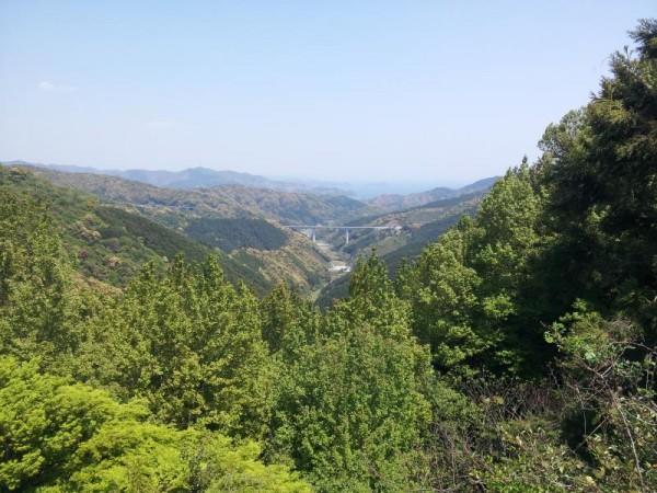 遠くに橋と太平洋を望む七子峠