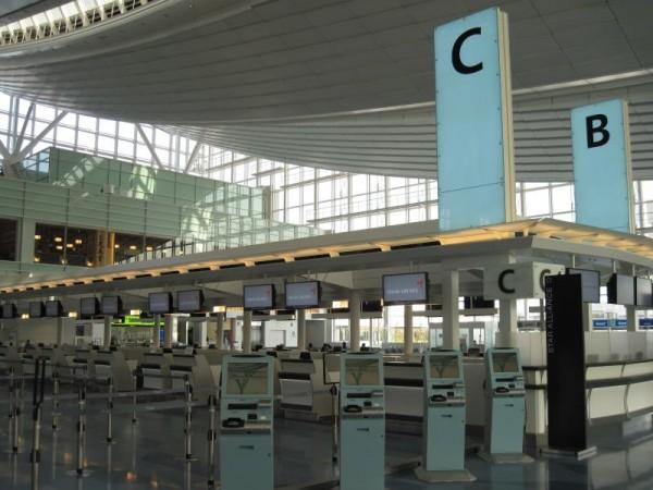 「羽田空港国際線ターミナルチェックインカウンター」