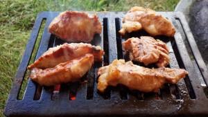 豚さがり肉を焼く