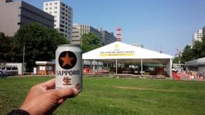 札幌の大通公園でビール