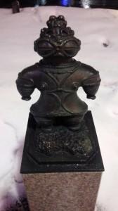 青森のアーケード街に点在する土偶のオブジェ