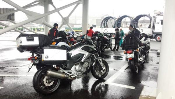 雨の新門司港に到着