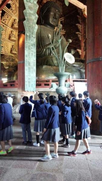 修学旅行生と奈良の大仏