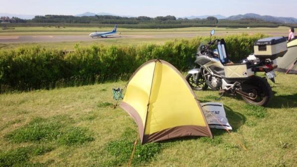 庄内夕日の丘オートキャンプ場と着陸したジェット機